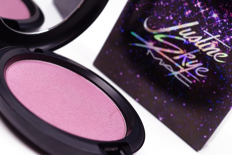 <span style='font-size: large;'>MAC Future Forward</span><br />Iridescent Powder Justine Skye