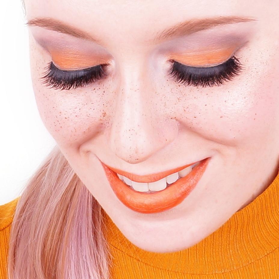 Die Schattierungen des Haares für die braunen Augen und die Sommersprossen