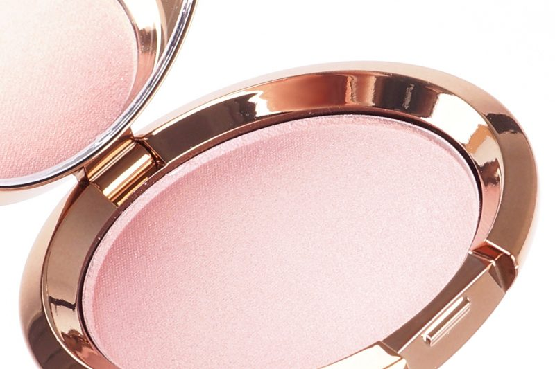 <span style='font-size: large;'>Becca Light Chaser Highlighter </span><br />Rose Quartz Flashes Seashell