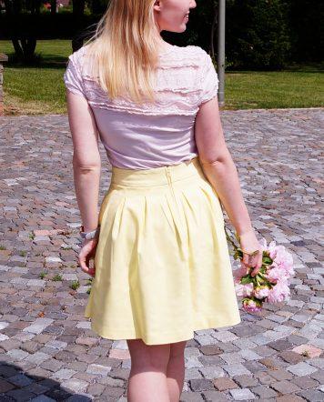 Outfit: Gelber Rock trifft auf rosa Spitzenshirt