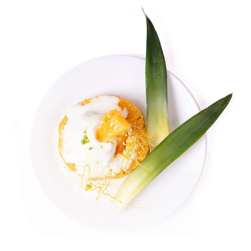 Frozen Yogurt auf karamellisierter Ananas
