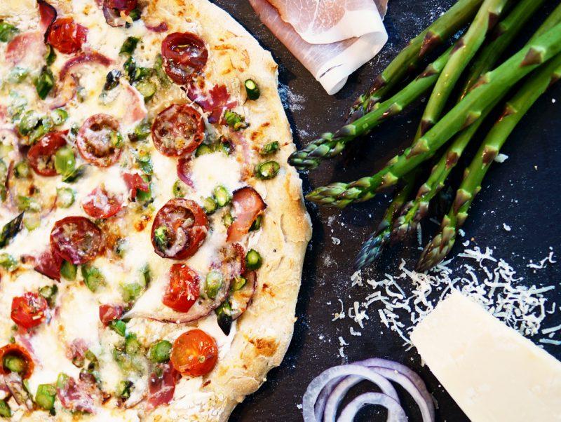 <span style='font-size: large;'>Rezept & Gewinnspiel </span><br />Pizza Bianca mit grünem Spargel