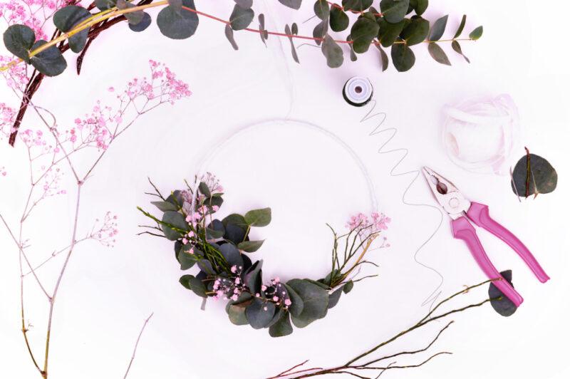 Frühlingsdekoration - Fensterkranz binden mit Trockenblumen